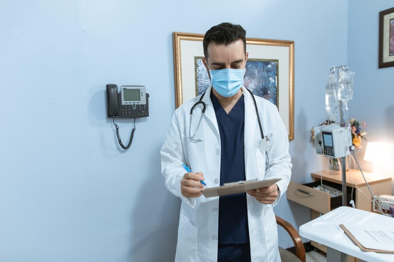 Lekarz specjalista wykonujący zabieg obrzezania