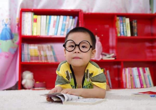 Dziecko w okularach z książką