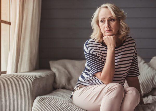 Siedząca zamyślona kobieta