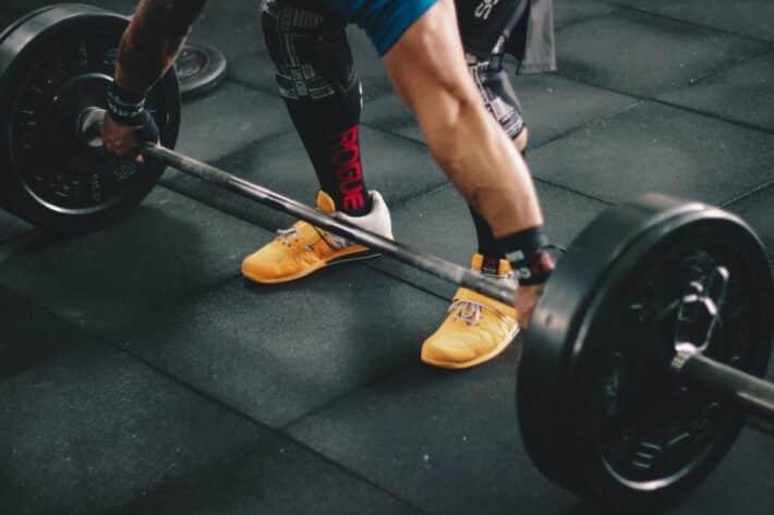 Mężczyzna przed ciężarem na siłowni