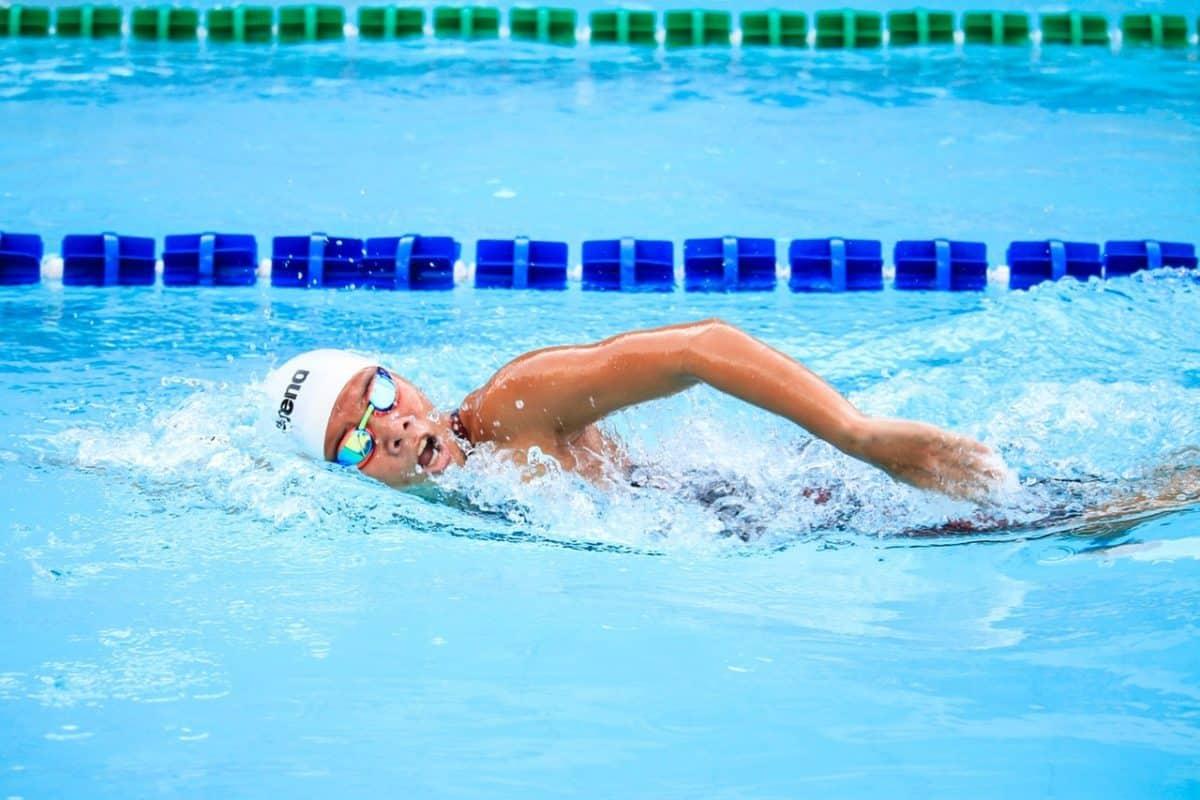Pływanie może pomóc przy dolegliwościach związanych ze spłyceniem lordozy szyjnej