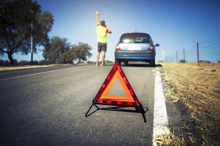 Trójkąt ostrzegawczy na drodze