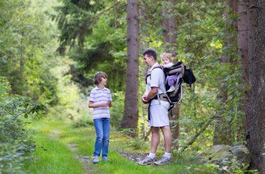 Rodzina z nosidełkiem turystycznym dla dziecka