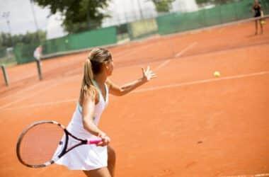 Kobieta grająca w tenis ziemny