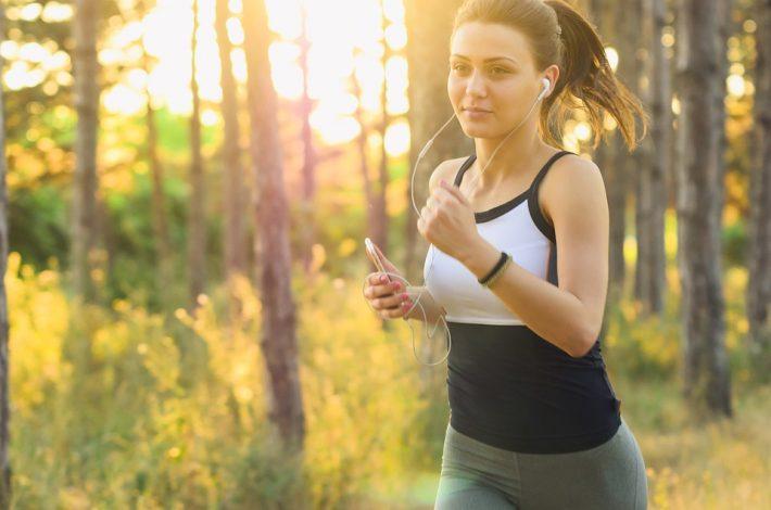 Kobieta biegnie w lesie
