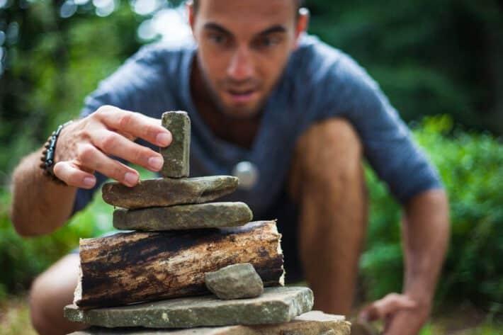 Mężczyzna układa kamienie