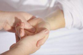dłoń trzymająca drugą dłoń