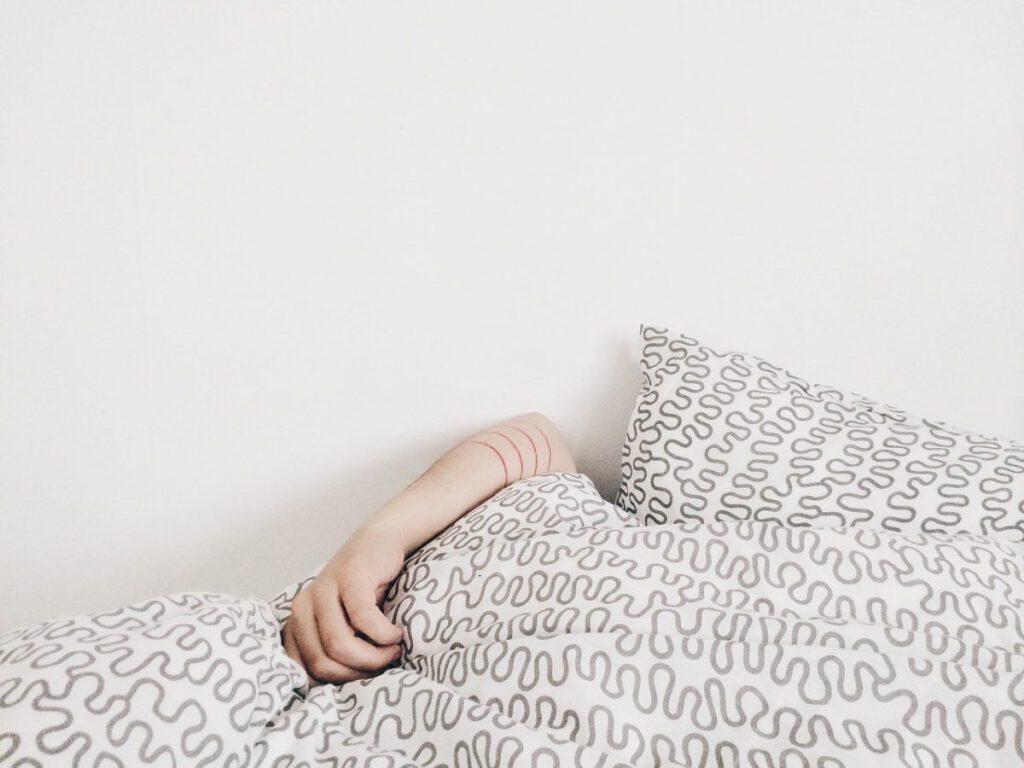 osoba leżąca w łóżku