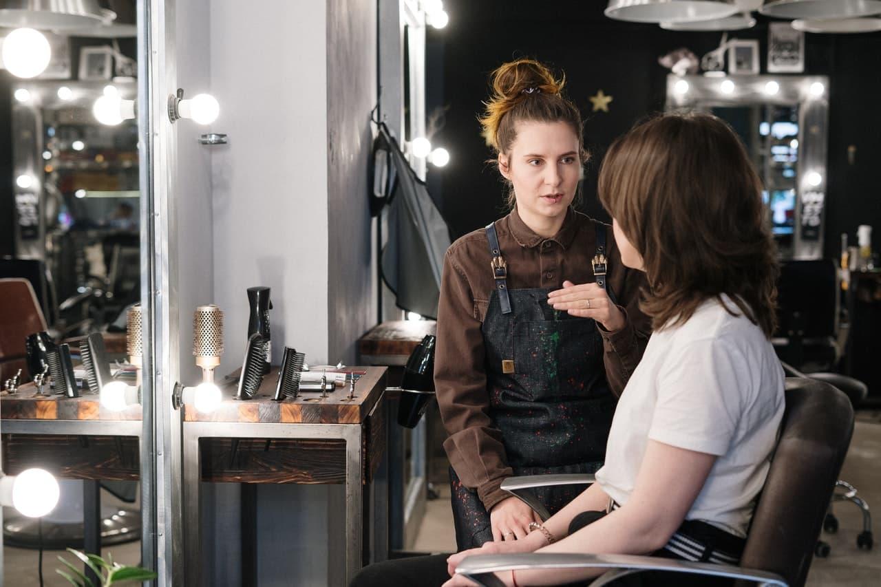 Fryzjerka wyjaśniającya czym jest półtrwała koloryzacja