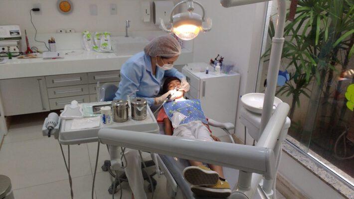 Chłopiec leży na fotelu stomatologicznym
