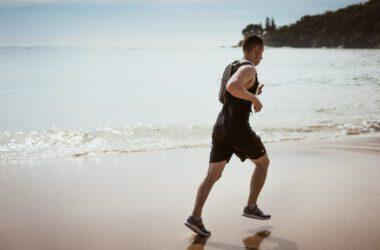 Mężczyzna biega z plecakiem