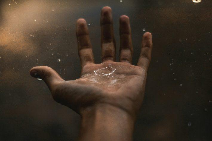 Kropla wody na dłoni