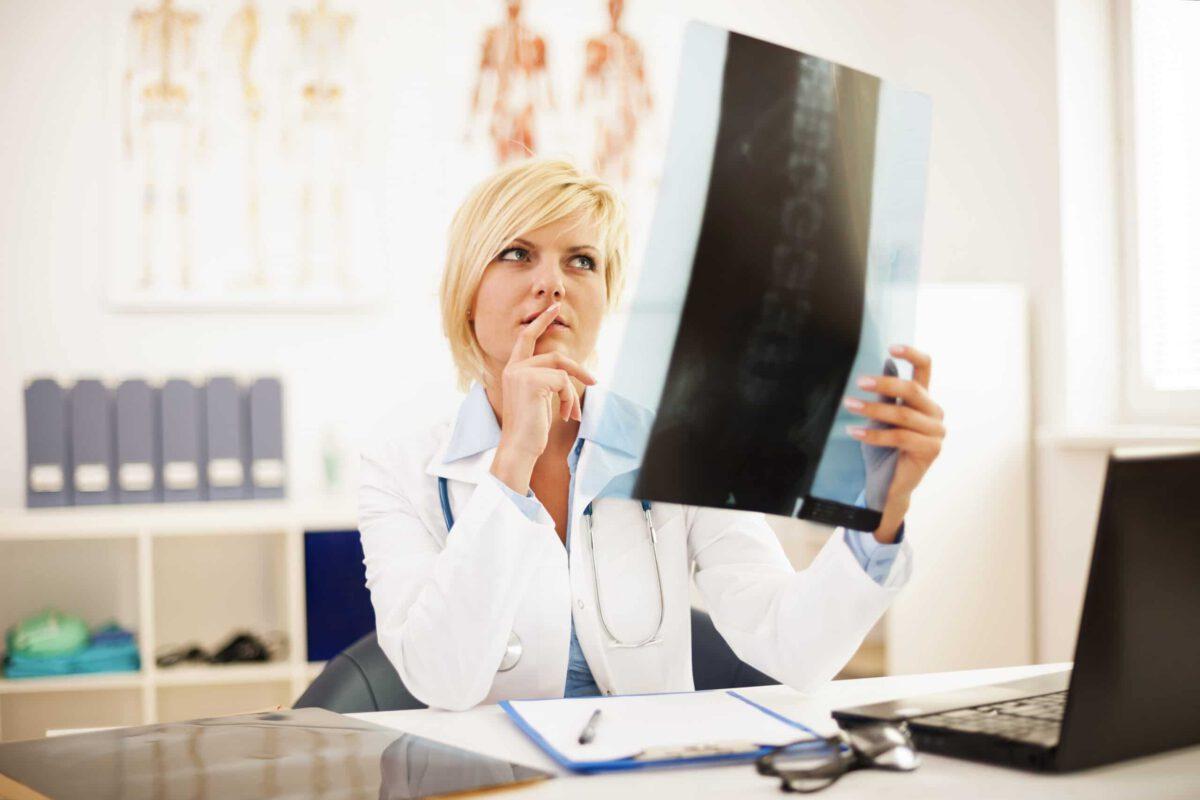 Lekarz badająca schorzenie kręgozmyku