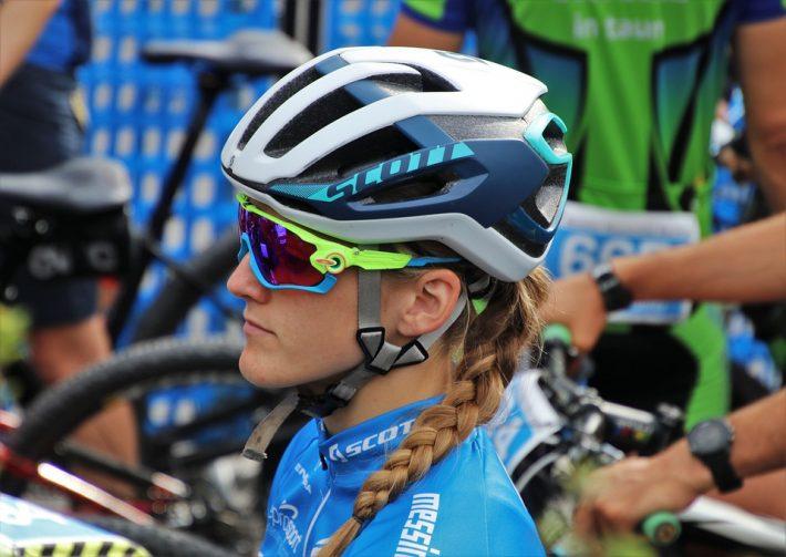 Kobieta z akcesoriami rowerowymi