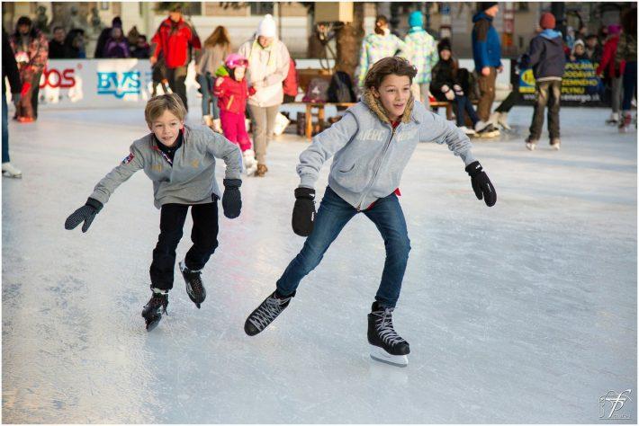 Dzieci na łyżwach dla początkujących