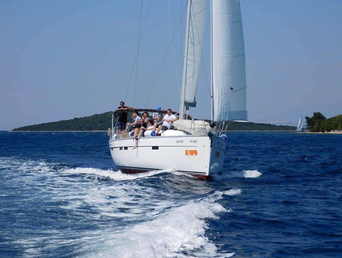 Czarter jachtów – bajeczne wakacje z najbliższymi