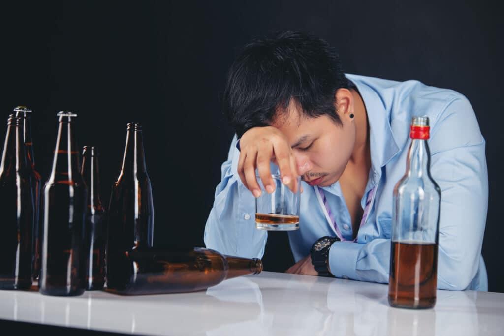 Mężczyzna z opuchlizną po alkoholu