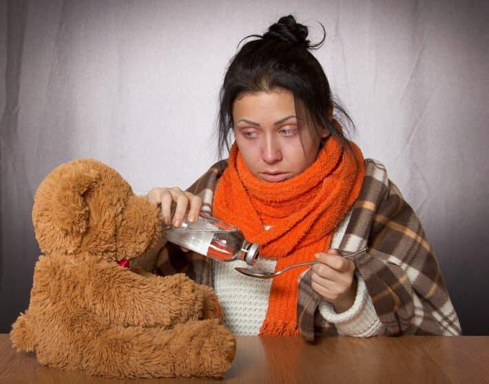 Chora kobieta zażywa lekarstwo