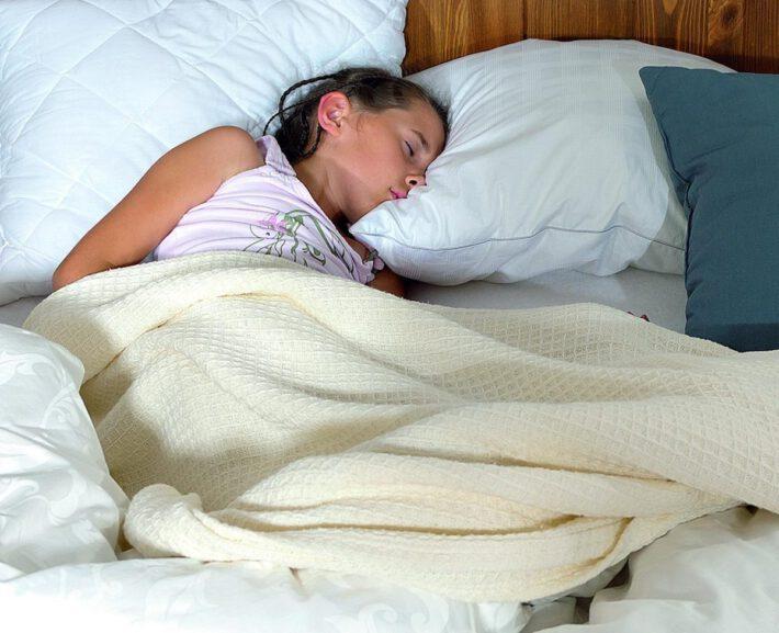 Dziecko śpi na czystym materacu