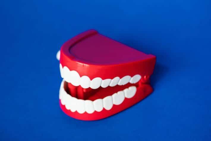Sztuczna proteza na zęby nadająca się do spania