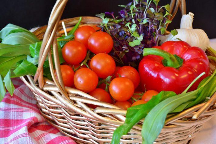 Warzywa w plecionym koszu