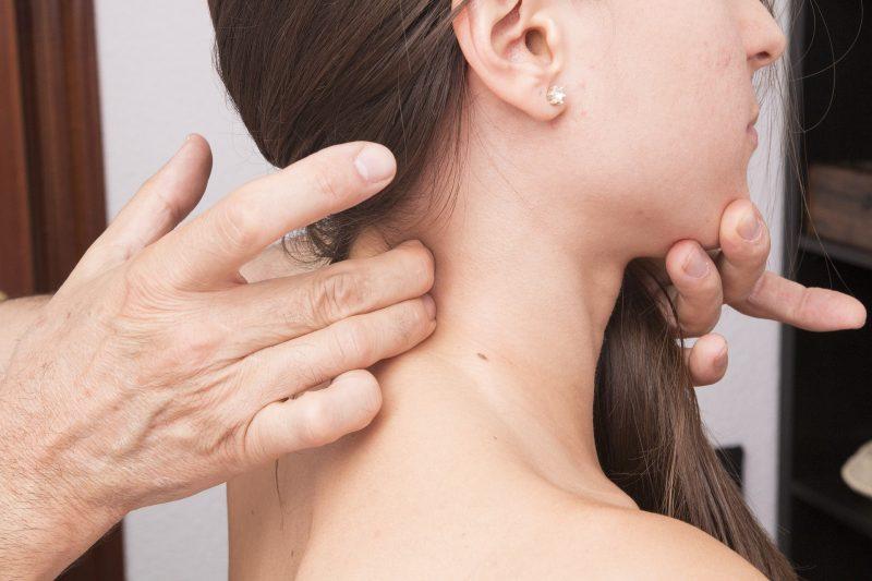 kifoza kręgosłupa u młodej kobiety