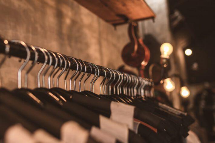 Garderoba z ciuchami odpowiednimi dla otyłej osoby