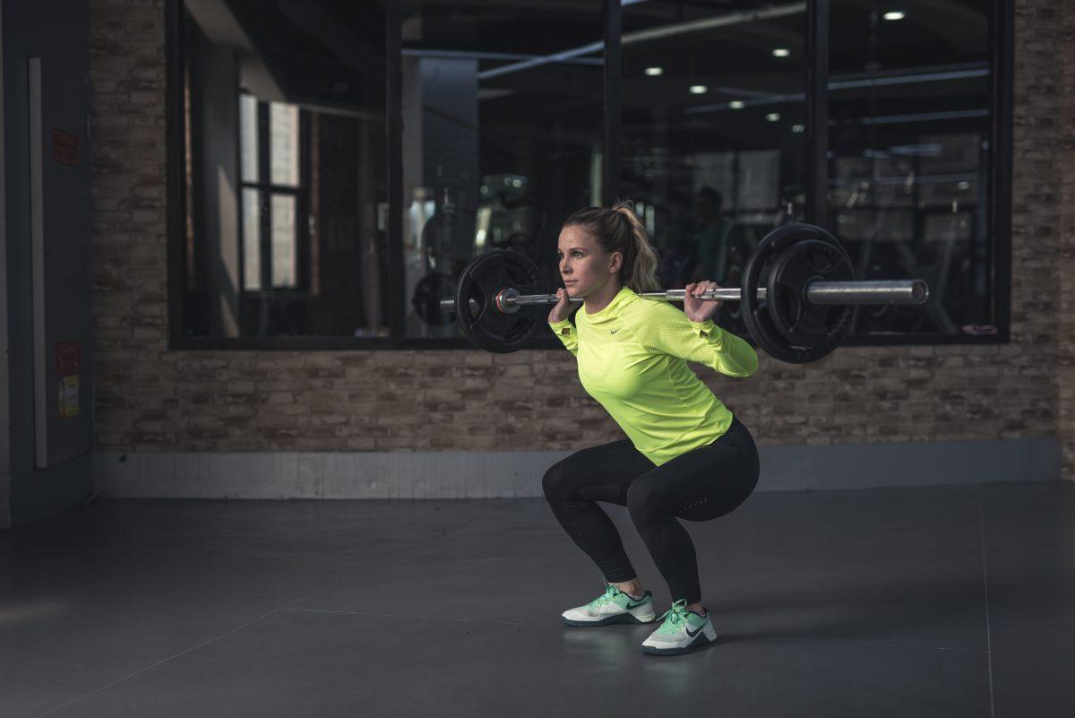 Kobieta w dresie na siłowni