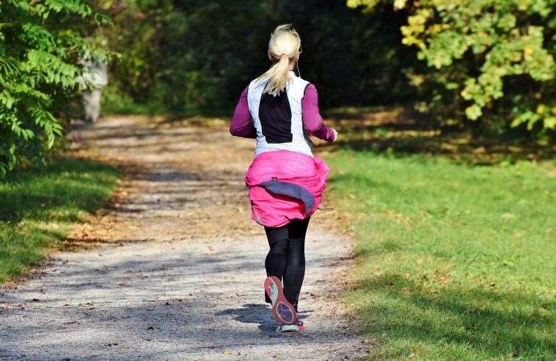 kobieta biegająca po parku