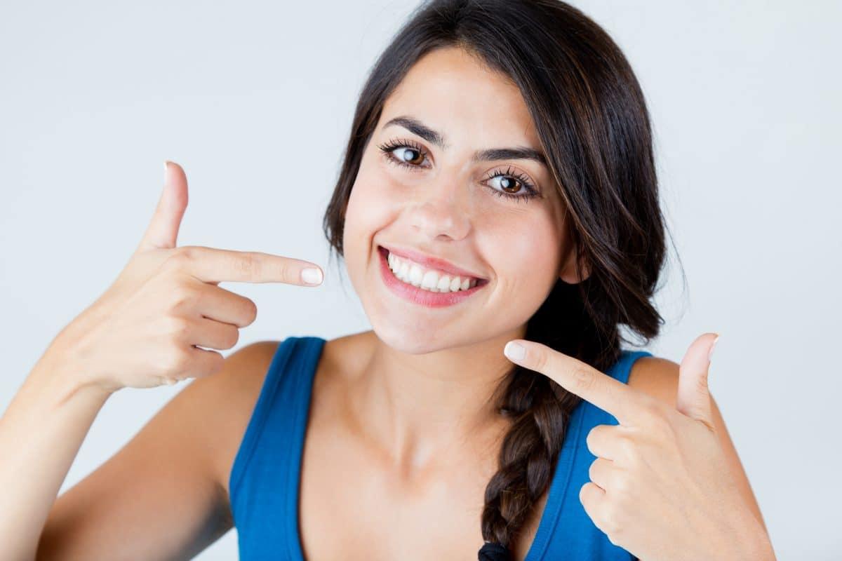 Wybielanie zębów – jak uzyskać olśniewającą biel uśmiechu?