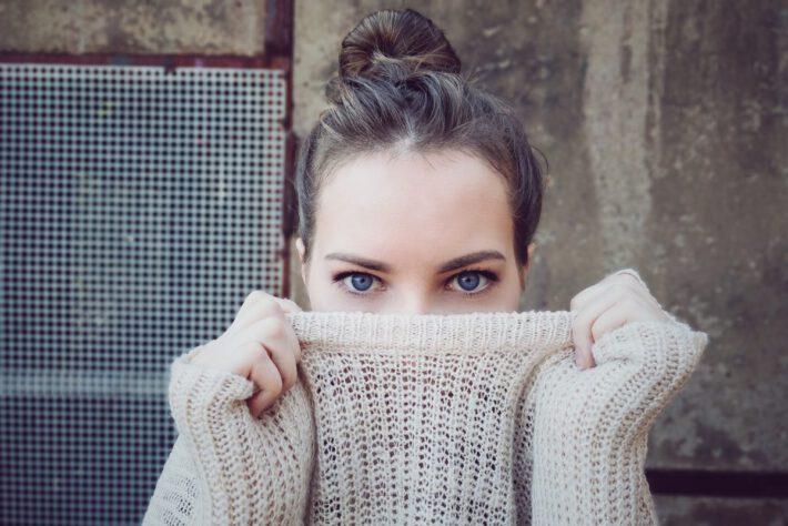 Zakrywająca się kobieta