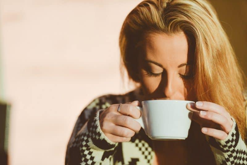 kobieta pijąca kawę z filiżanki