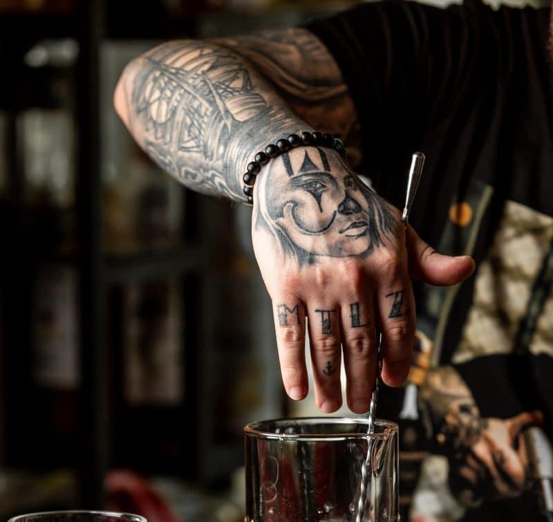 tatuaż na dłoń, błazen, klaun
