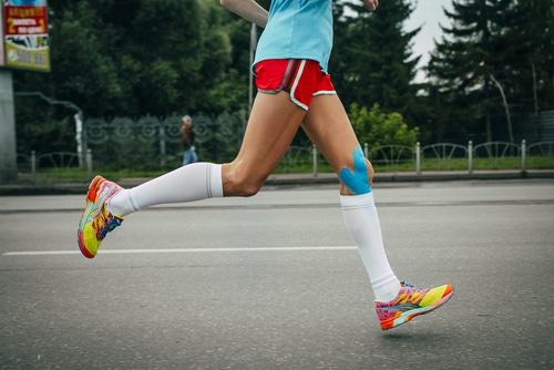Plastry kinesiotaping na nodze biegacza