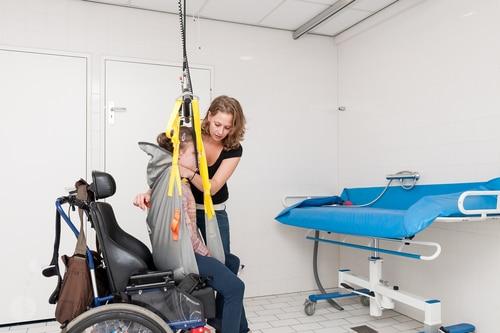 Podnośnik dla niepełnosprawnych – co warto wiedzieć przed zakupem?