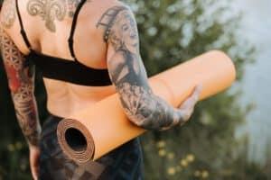 Kobieta z motywem tatuażu rękawa