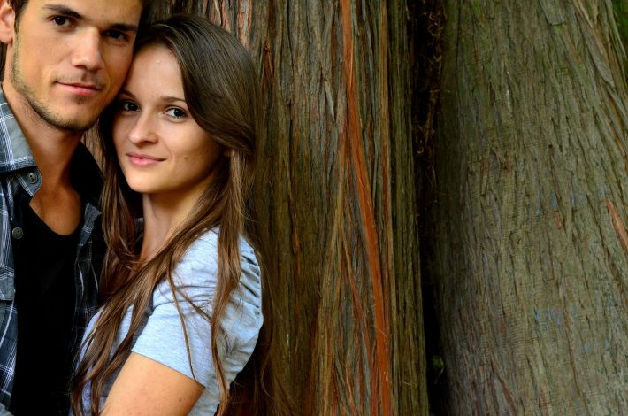 Para przytulających się młodych ludzi