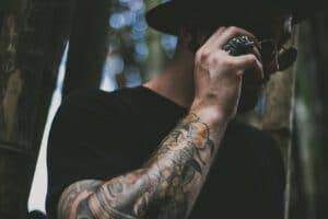 Projekt tatuaży rękawów wykonany na ręce mężczyzny rozmawiającego przez telefon