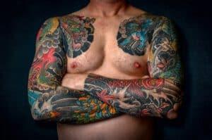 Tatuaż rękaw na męskim ciele