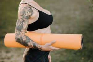 Kobieta z tatuażem damskim rekawem