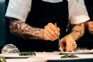 mężczyzna posiadajacy tatuaż rękaw