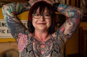 Kobieta z tatuażem rękawem