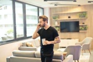 tatuaż rękaw u mężczyzny rozmawiającego przez telefon.