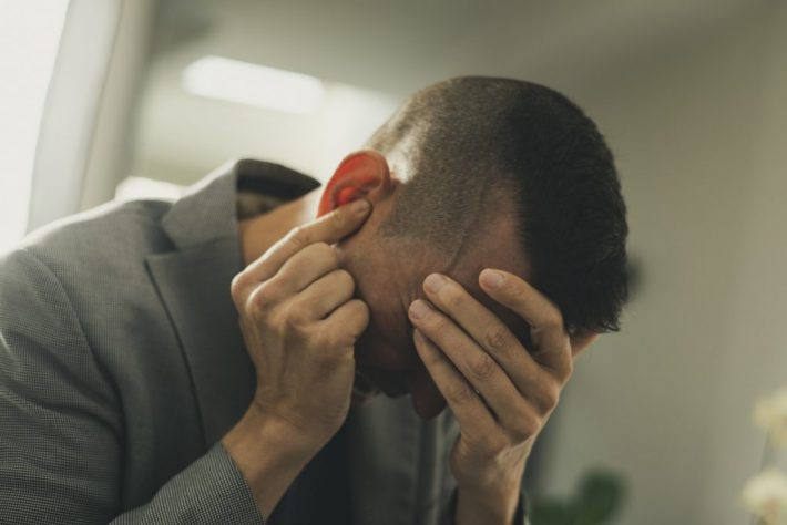 Mężczyzna z pulsującym bólem w uchu