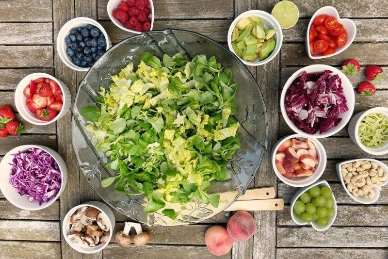 Zielona sałatka i warzywa jako przykład posiłku wpisującego się w zdrowy styl życia