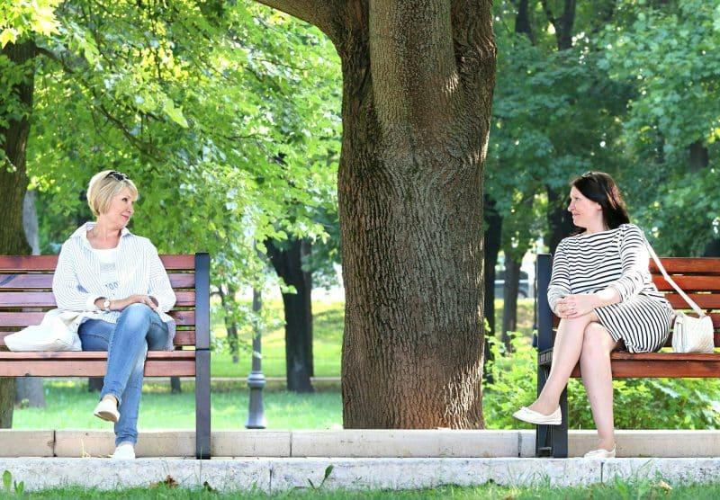 Kobiety siedzące w parku na ławce