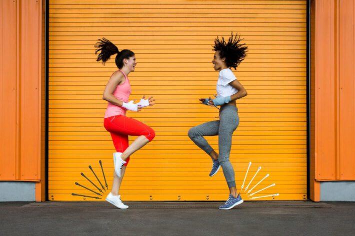 Dwie młode kobiety preferujące zdrowy styl życia