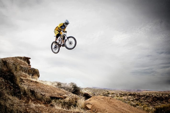 Rowerzysta z kamerą sportową