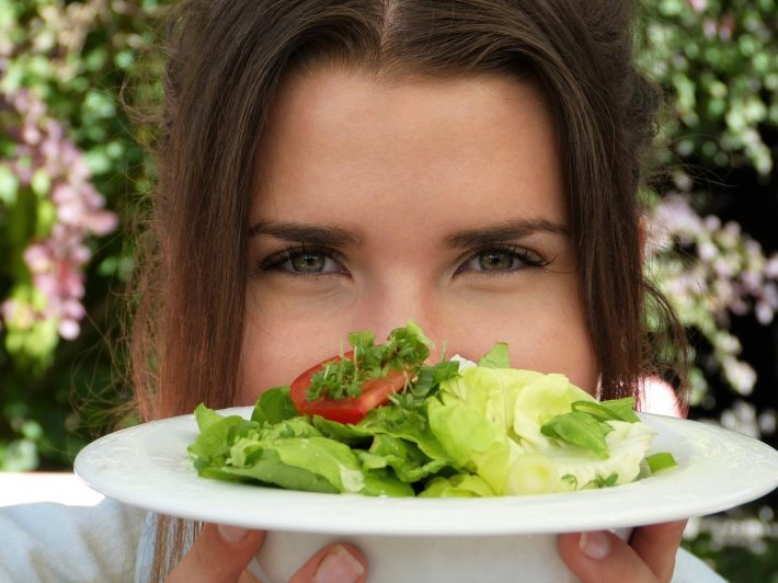Kobieta z sałatką na talerzu
