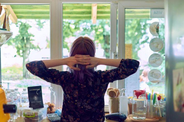 Kobieta patrząca w okno